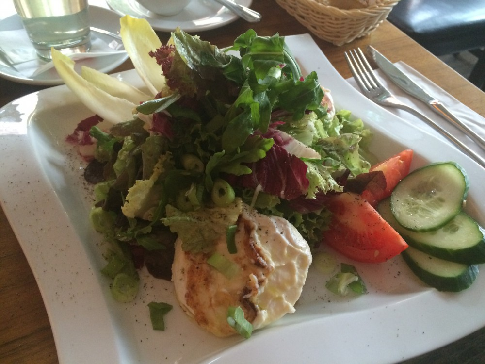Salad with goats-cheese on honey
