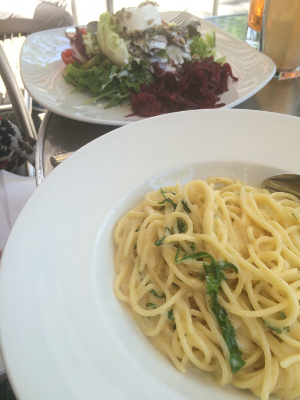 Salat mit Ziegenkäse - Pasta mit Pesto - Del Fiore